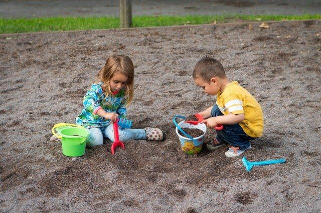 niños compartir juguetes
